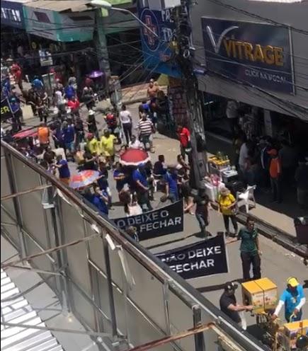 Funcionários do Center, em Paulista, protestam contra cortes de verbas