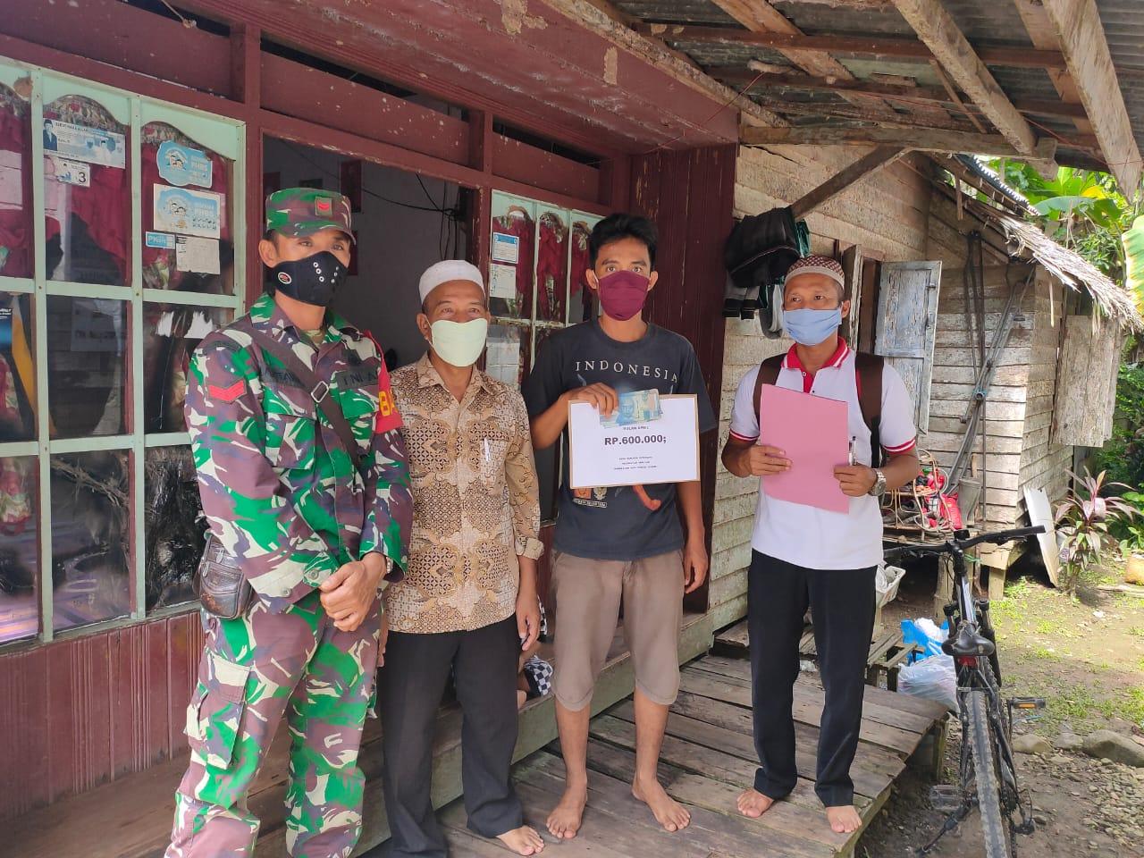 Babinsa Kodim Barabai Lakukan Pendampingan Penyaluran BLT DD di Desa Binaan