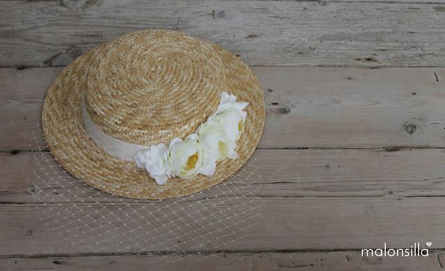 Sombrero tipo canotier en blanco con flores y velo, tapafeas marca malonsilla
