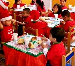 Niños tomando su chocolatada con panetón