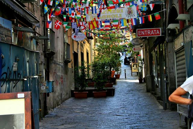 vie centrali, piante, vasi, vie antiche Napoli, bandierine