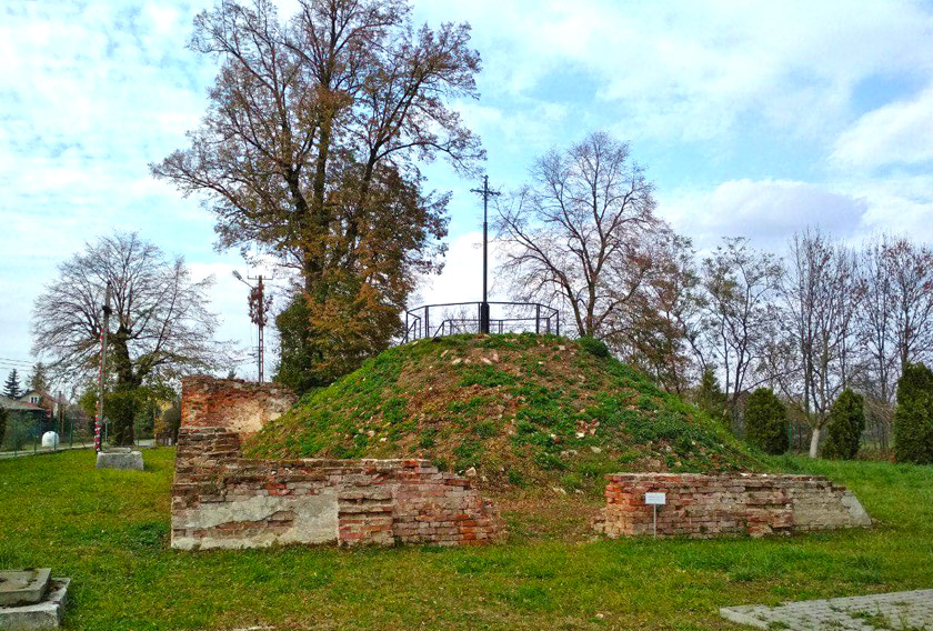 Курган на місці української каплиці, що була зруйнована в 1945 році