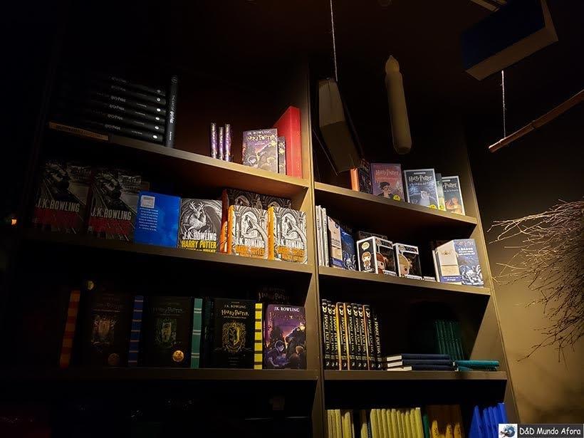 Livros na Livraria Lello - O que fazer no Porto, Portugal