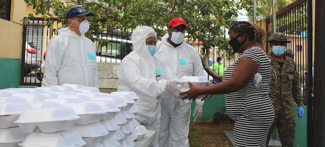 Una mujer en la Republica Dominicana recibe ayuda alimentaria en medio de la pandemia del COVID-19.PMA/Karolyn Ureña