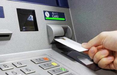 Οι τράπεζες παγώνουν επί του παρόντος τις αυξημένες χρεώσεις
