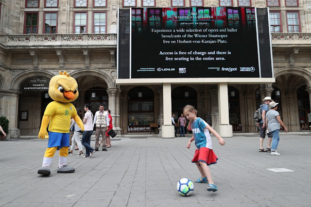 Canarinho Pistola sai pelas ruas de Viena e faz sucesso com a