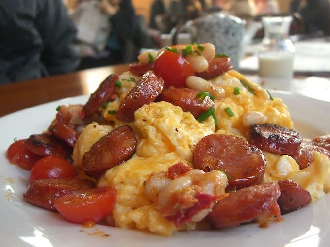 Chorizo con huevos revueltos y alubias