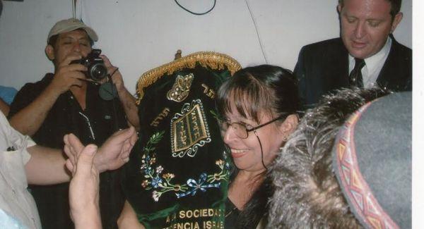 Rebeca Abramovitz sostiene el rollo de la Torá