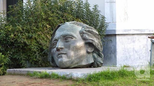 Η ανδρική κεφαλή στην είσοδο του Μετσόβιου, είναι ο ιστορικός Νίκος Σβορώνος