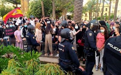"""عاجل …سكان سبتة يحاصرون فندق اقامة زعيم حزب """"فوكس"""" ويمنعونه بالقوة من تنظيم مظاهرة معادية للمغرب"""