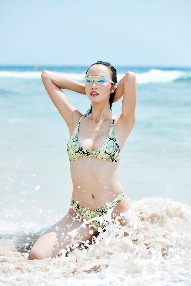 Vũ Ngọc Anh khoe đường cong với bikini họa tiết da rắn 5