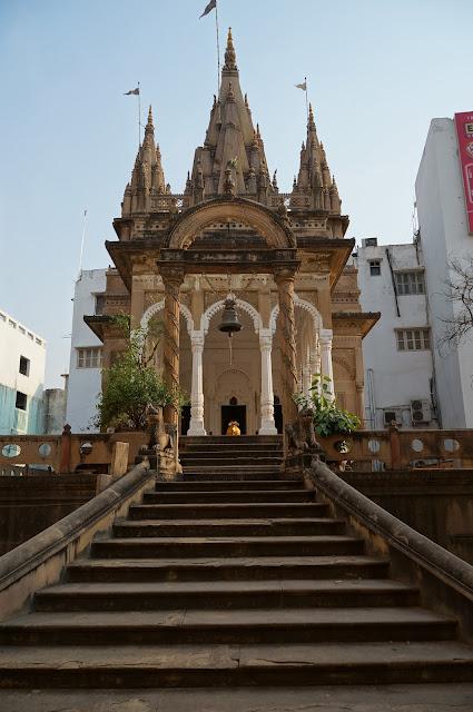 Kuil Hindu memuja sapi di Varanasi