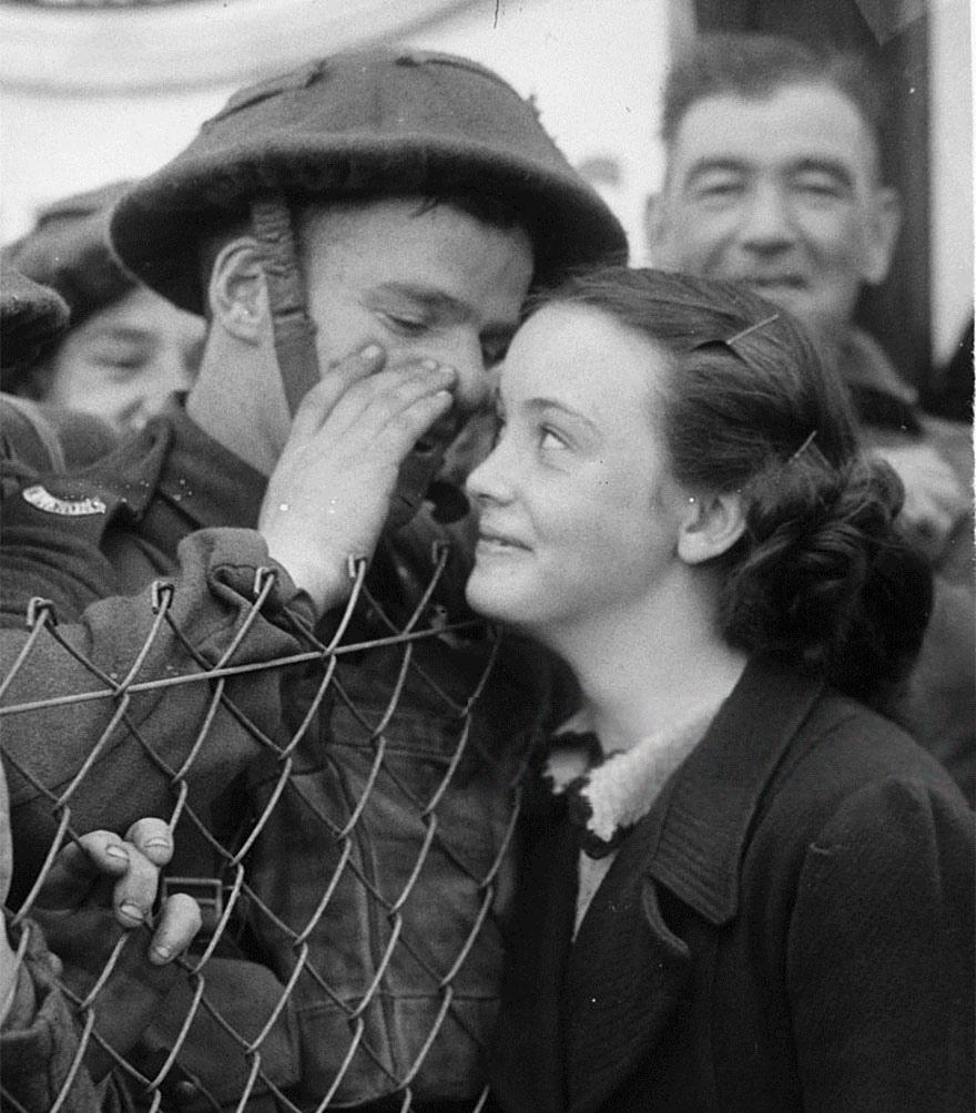 60 + 1 Heart-Warming Historical Pictures That Illustrate Love During War - A British Soldier Whispers Into The Ear Of A Loved One As He Leaves For The Front, 1939