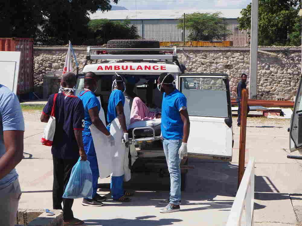 Um forte tiroteio ocorrido na última terça-feira (23), entre membros de gangues em Porto Príncipe, capital do Haiti, forçaram as equipes da organização internacional Médicos Sem Fronteiras (MSF) a transferir 21 pacientes do hospital de Drouillard, especializado no tratamento de queimaduras, para outro hospital de MSF, localizado no bairro de Tabarre.