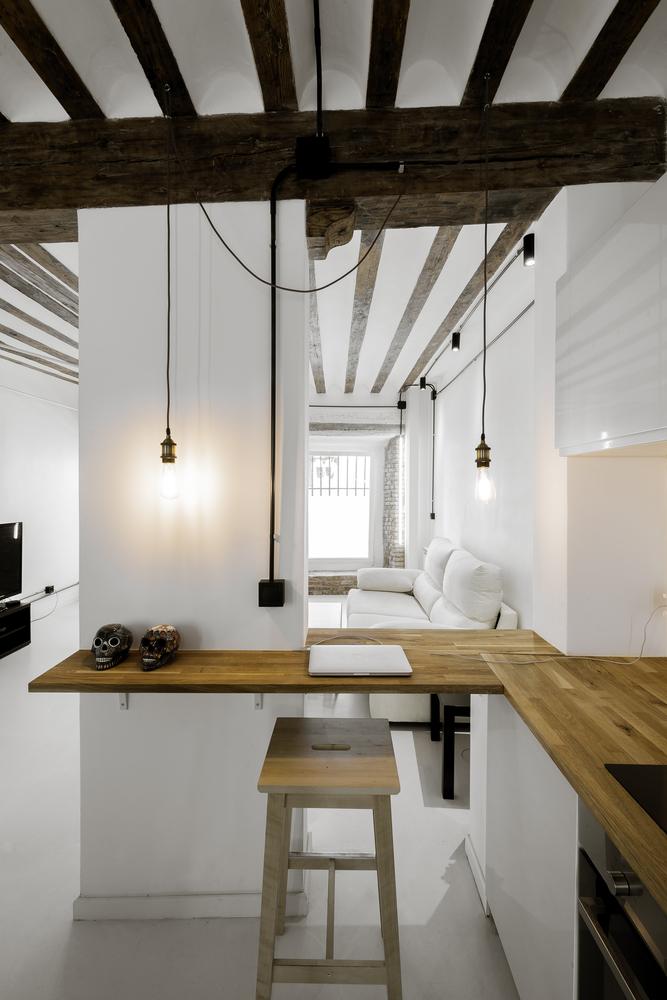 Cocina abierta al salón, blanco, madera y luz natural