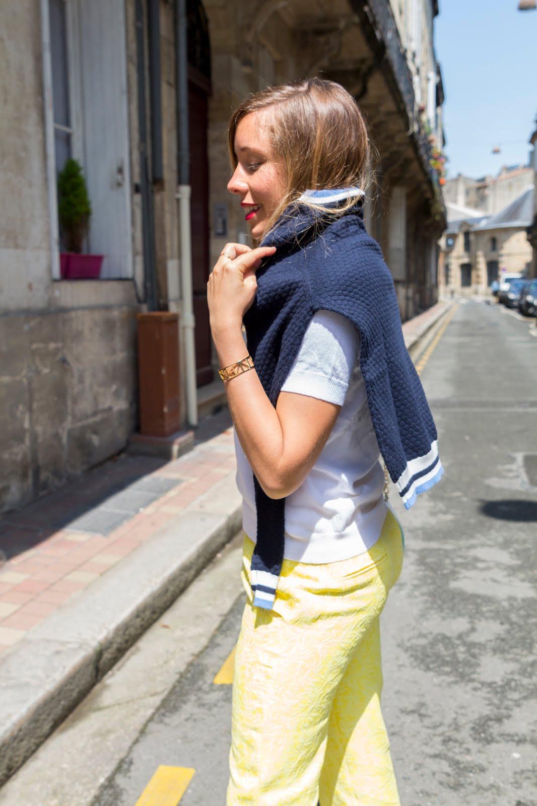 Tenue jaune blanc bleu