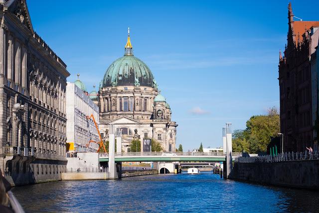 博物館島、シュプレー川、遊覧船、夏のベルリン観光地