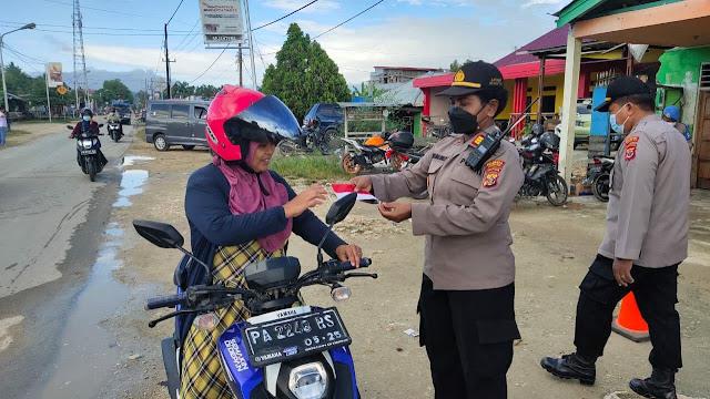 Posko PPKM Koya Barat Bagikan Masker Ke Warga