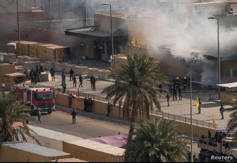 Bomberos iraquíes extinguen un incendio en la entrada de la embajada de Estados Unidos en Bagdad el 1 de enero de 2020 / REUTERS