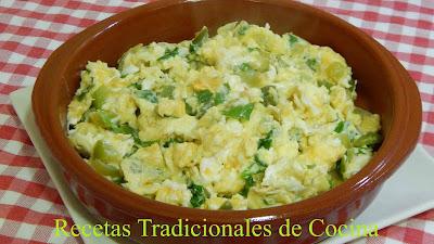 Receta fácil de huevos revueltos verdes con pocos ingredientes y muy sabrosa