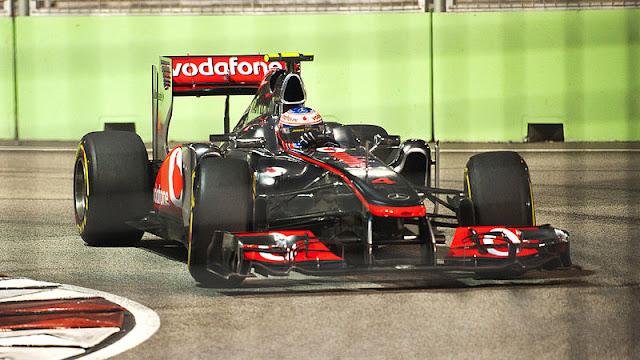 Gambar Mobil Balap F1 McLaren di Circuit Singapura