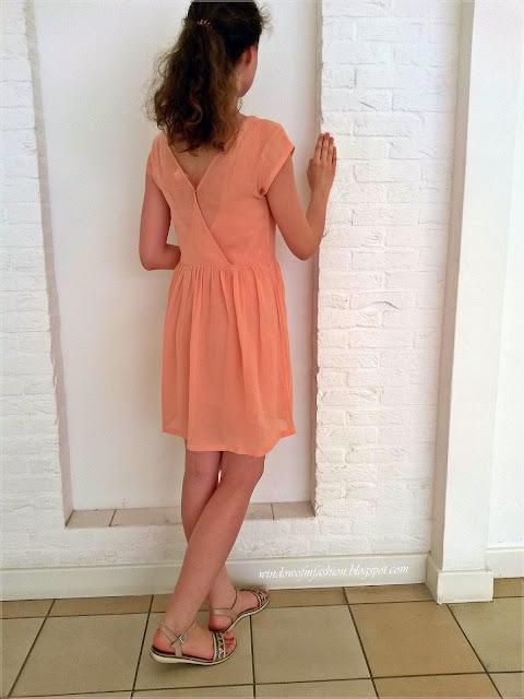 Brzoskwiniowa sukienka, beżowe sandały Deichmann