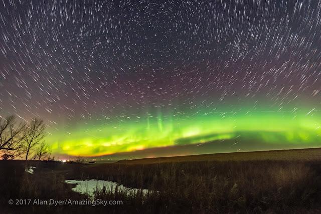 Chụp 200 hình ảnh đơn rồi chồng ảnh lên nhau, sẽ tạo ra một ảnh star trail (đường đi của những ngôi sao). Bởi vì Trái Đất tự quay quanh trục, nên các thiên thể trên bầu trời sẽ đi thành một vòng tròn trên bầu trời xung quanh tâm chung là thiên cực bắc, nơi có sao Bắc cực (có thể thấy được trong hình). Hình ảnh: Alan Dyer.