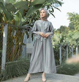 Dress Brukat dengan Mutiara.
