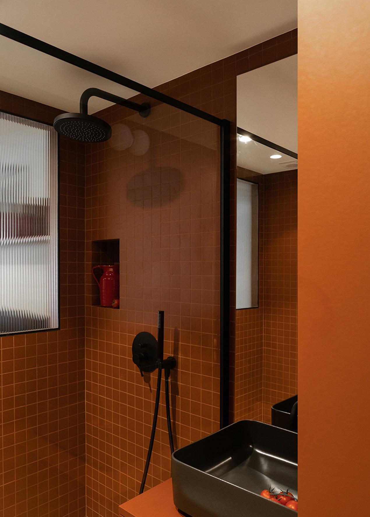 petite salle de bains en carrelage et peinture terracotta