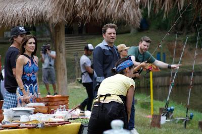 Na foto: Rogério, Ticiana e Bertolazzi avaliam desempenho dos churrasqueiros durante pescaria. Crédito: Gabriel Gabe/SBT