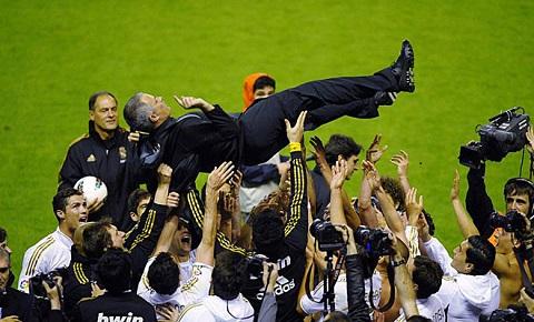 Real vỡ oà hạnh phúc ăn mừng chiến thắng lịch sử, sau nhiều năm cam chịu dưới ách thống trị của Barca