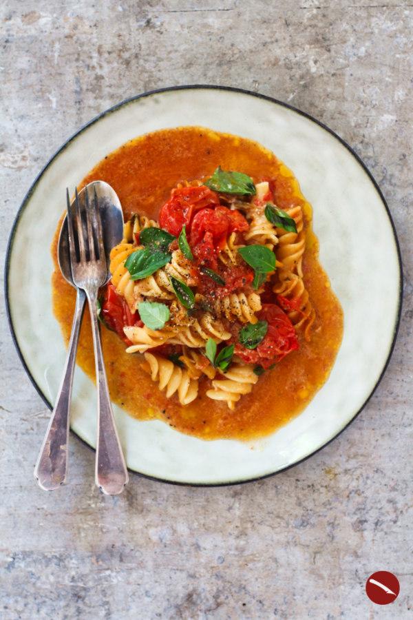 Ottolenghis Rezept trifft die italienische Küche! One-Pan-Tomato-Butter-Pasta mit der berühmten Tomatensauce von Marcella Hazan. Für diesen Nudelauflauf werden die Zutaten gemeinsam ganz einfach im Ofen gegart. #rezepte #tomatensauce #buttersauce #ottolenghi #pasta #nudelauflauf #fusilli #einfach #selbermachen #mit_käse #pizza #aus_frischen_tomaten #ofentomaten #kirschtomaten #spaghetti #vegetarisch #vegan #einfache_rezepte #für_jeden_tag #überbacken #parmesan