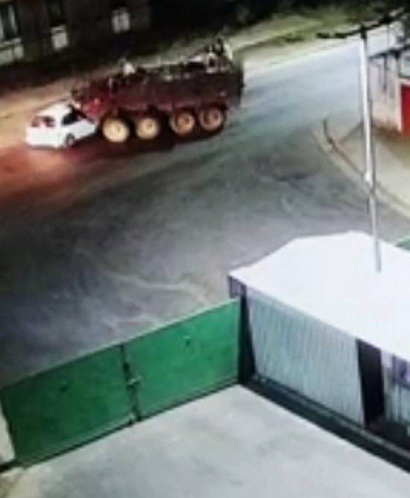 Chofer arrancaba de un control y se topó de frente con un enorme carro Mowag del Ejército