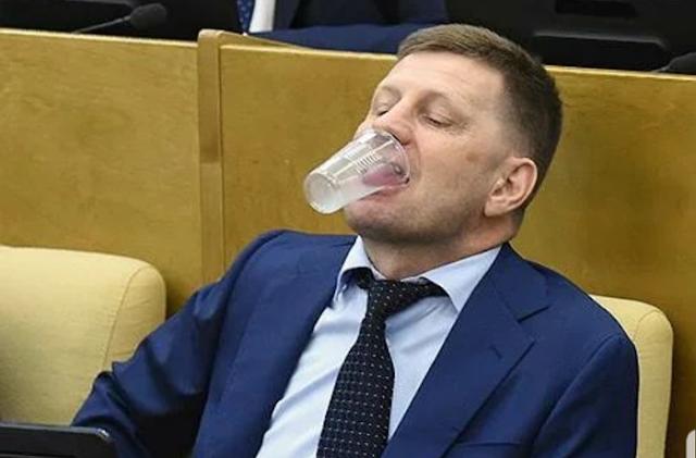 От россиян потребовали не завидовать зарплатам чиновников. Они должны хорошо питаться и тепло одеваться