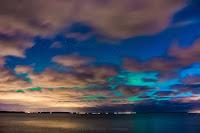Zorza polarna sfotografowana w noc z 7 na 8 listopada 2017 r. Wprawdzie zachmurzenie szybko zaczyna dominować, ale światło zorzy polarnej pozostaje wyraźnie dostrzegalne nad horyzontem w przerwach pomiędzy chmurami. Rewa, pomorskie. Autor: Marek Stan