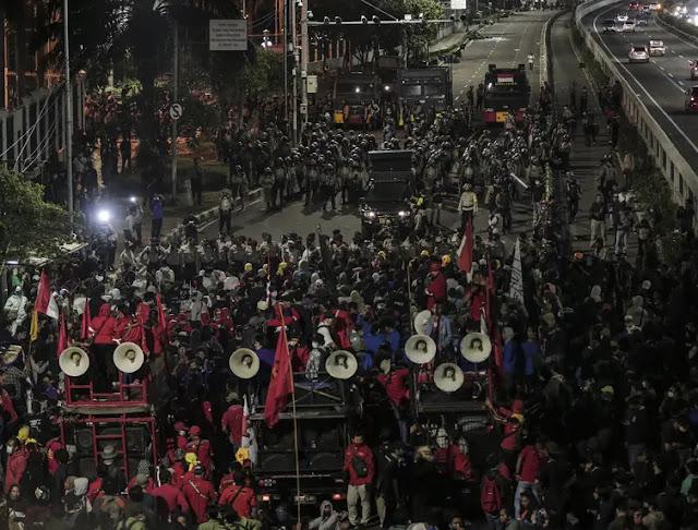 FOTO: Massa Tolak Omnibus Law Masih Bertahan di Depan Gedung DPR