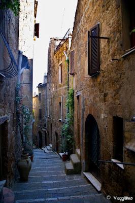 Le viuzze tipiche del centro storico di Pitigliano