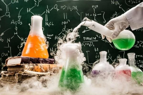 Inilah Alasan Kenapa Gelas Kaca Sering Digunakan di Percobaan Ilmiah