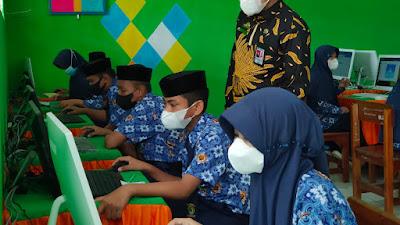 Pastikan ANBK Berjalan Lancar dengan Prokes, Kakankemenag Idris Usman Kunjungi MTsN 2 Sidrap