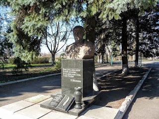 Лисівка. Покровський р-н. Вул. Центральна. Пам'ятник Т. Г. Шевченку