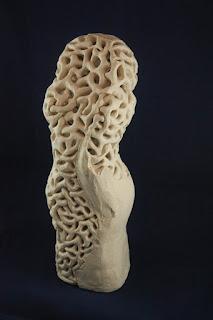 Escultura de cerámica de un busto de mujer con raíces