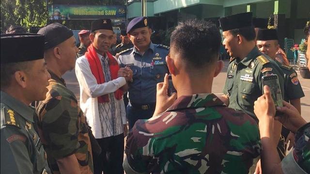 Ditolak Pimpinan KPK, Ustaz Abdul Somad Disambut Hangat TNI