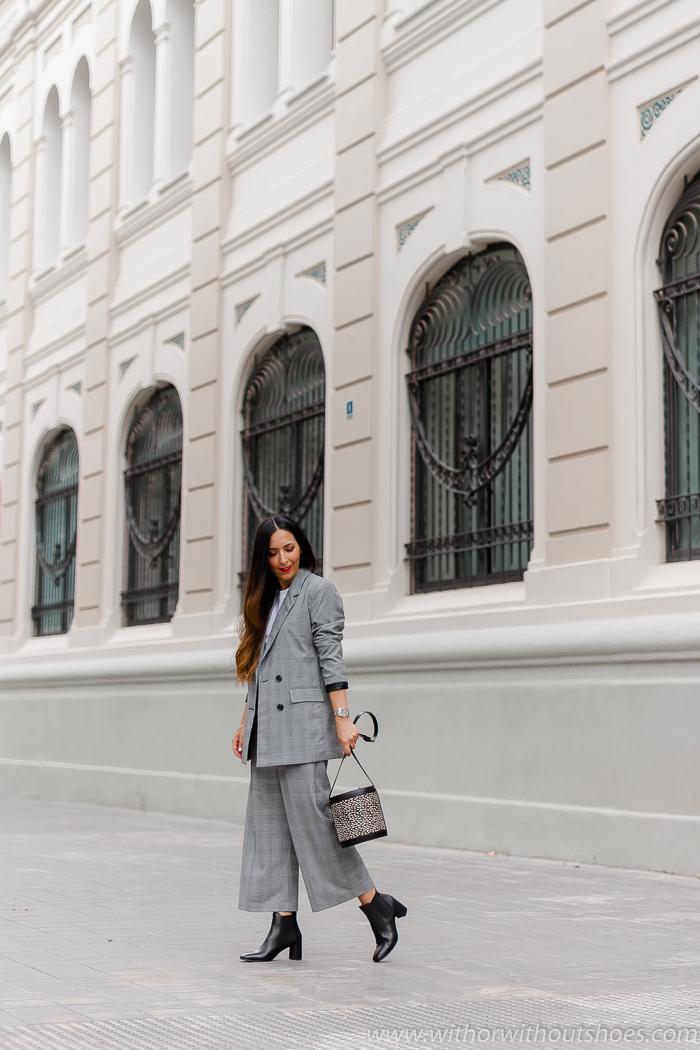 Look de oficina con traje de cuadros La Redoute blazer cruzada pantalones anchos y botines negros