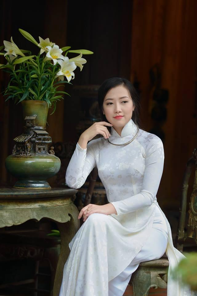 Tan chảy vì thiếu nữ Hà Nội chụp ảnh áo dài bên hoa loa kèn