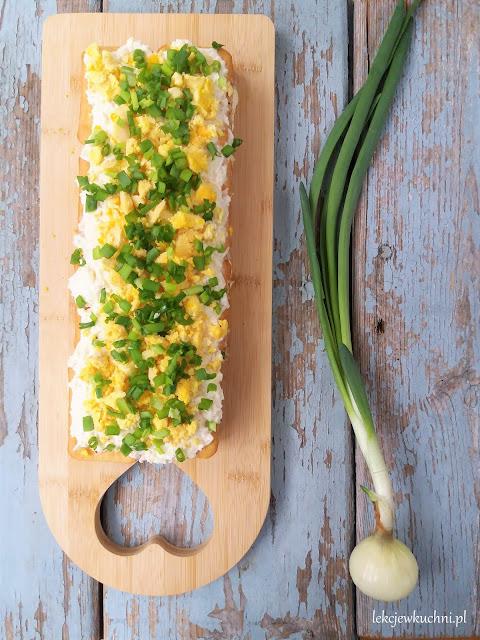 Sałatka świąteczna z tuńczykiem i jajkiem na krakersach przepis