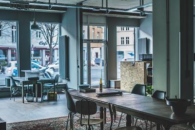 Foto von Schribtischen und Stühlen