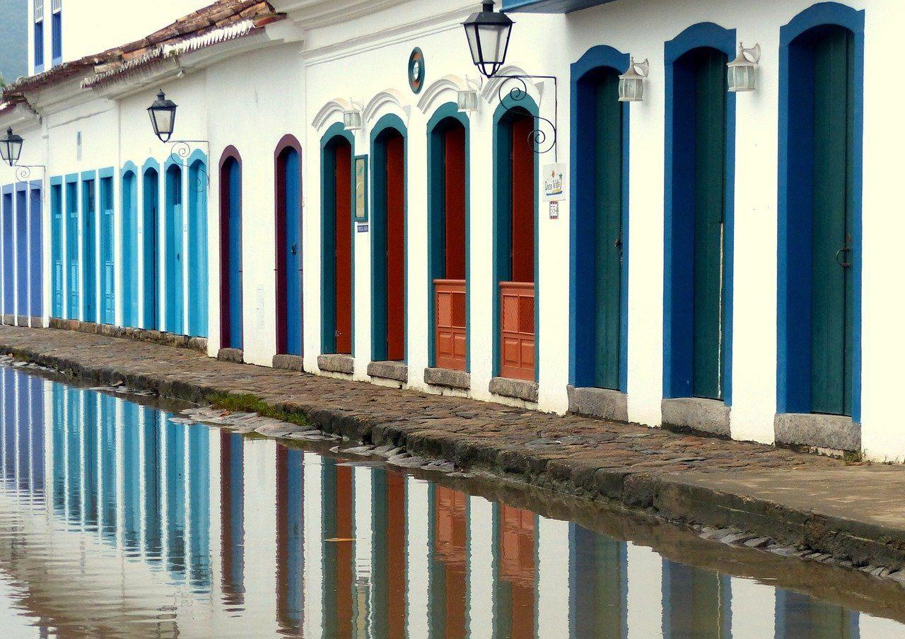 centro historico de paraty com casaroes coloridos e rua de pedras