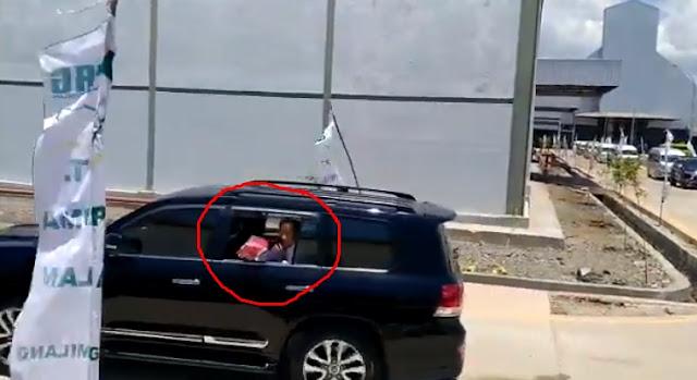 Tertangkap Kamera lagi, Jokowi Kembali Lempar-lempar Bingkisan, Netizen: Gak Ada Akhlak