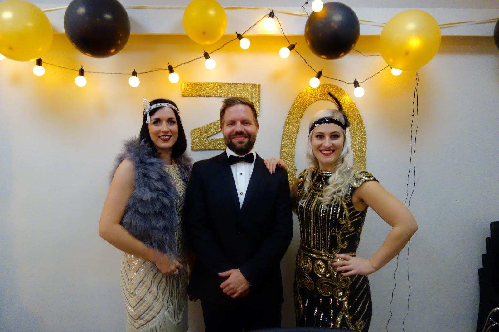 52d4d695958f I går feira eg, søskenbarnet mitt Marius og kjærasten hans/venninna mi Anne  Mari 30-årsdagane våre på forskot. Tema var The Great Gatsby.