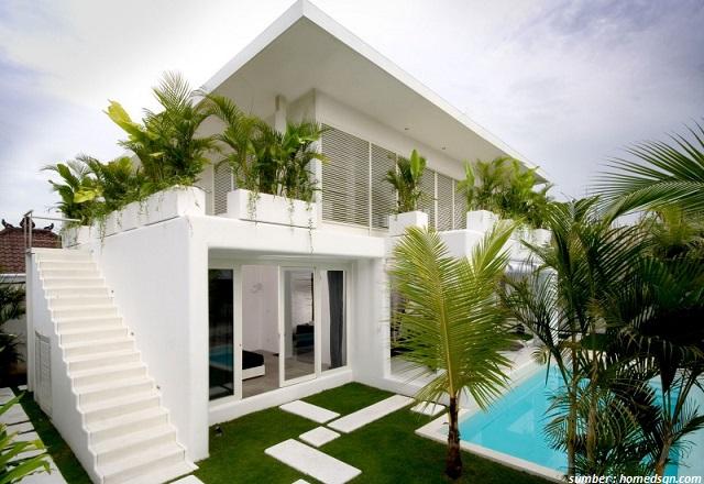 Kesan polos dari eksterior dinding rumah modern di atas ini seoleh sirna dalam sekejap dengan tumbuhan hijau yang berada di sekitarnya. Ya! & Ini Dia 7 Desain Rumah Modern yang Asri dan Menyejukkan